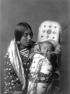 Mère et enfant – apsaroke, 1908Edward CurtisEdward S. Curtis, The North American Indian: the Photographic Images, 2001Northwestern University Library